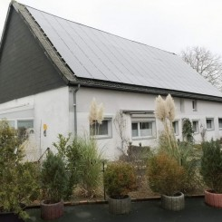 Ein- bis Zwei-Familienhaus mit Gewerbehalle